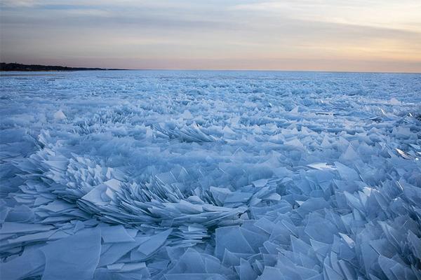 دریاچه میشیگان در بهار به یک منظره سورئال تبدیل می گردد!