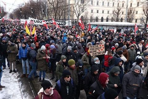 مخالفان محدودیت های کرونایی در اتریش تظاهرات کردند