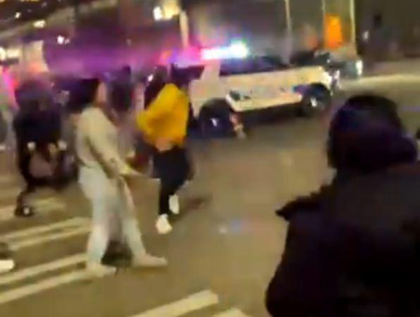 حمله وحشتناک پلیس آمریکا با خودرو به عابران پیاده