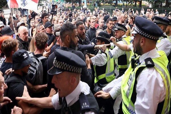 صدها تن از شهروندان در مقابل مرکز واکسیناسیون لندن تجمع کردند